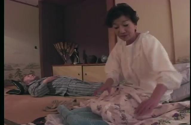 【個人撮影】爆乳を弄ばれ、しっかり感じちゃってる素人巨乳妻
